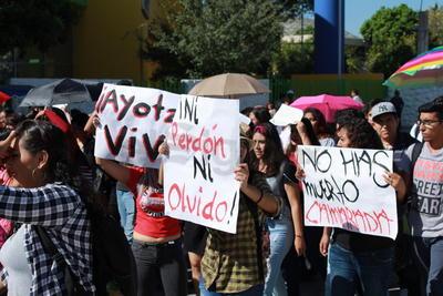 Alzaron carteles sobre los hechos del 2 de octubre y del caso Ayotzinapa.