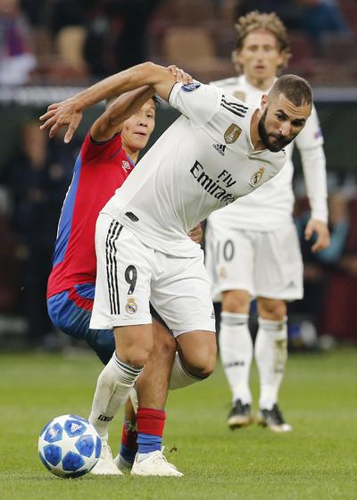 Benzema, que alargó un partido más su alarmante sequía goleadora, lo intentó primero desde fuera del área y después de cabeza, pero su remate golpeó la cruceta, mientras Lucas puso a prueba a un seguro Akinféev.