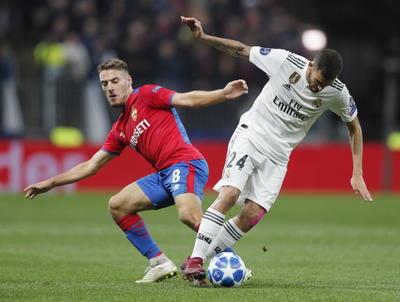 Pese a las ausencias de Ramos, Marcelo, Isco y Bale, Lopetegui no varío su sistema y salió de inicio con su clásico 4-3-3. Para ello, dejó en el banquillo a Modric e introdujo a Lucas Vázquez en sustitución de Bale.