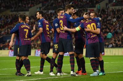 El astro argentino recibió ayuda invaluable de Luis Suárez. El uruguayo permitió que el balón le pasara enfrente para los dos tantos de Messi, quien regresó a Wembley siete años después de marcar en la final que el Barcelona le ganó al Manchester United.