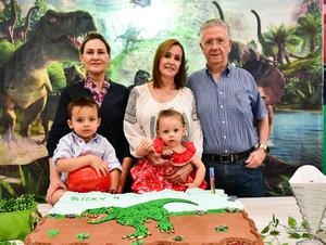 Con sus abuelitos Maruca Maria Esther y Memo y su hermanita Luisa