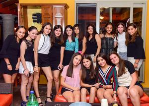 Mary Jose con sus amigas