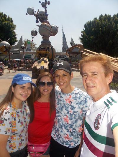04102018 Jesús y familia en Disney