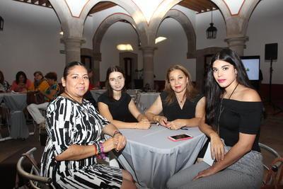 Presentan pasarelas en Congreso Internacional de Moda y Negocios
