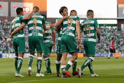 Santos festeja el primer gol del encuentro.