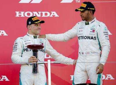 Lewis Hamilton llegó en primer lugar en el Gran Premio de Japón el domingo, anotándose su cuarta victoria de Fórmula Uno y acercándose más a un quinto campeonato mundial.