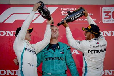 Valtteri Bottas y Lewis Hamilton  celebran el podio junto a Matt Dean.