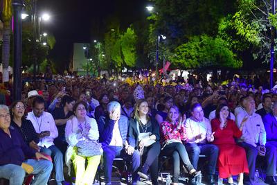 Tania Libertad ofreció un concierto memorable en Lerdo en el que también incluyó un breve tributo a José Alfredo Jiménez.
