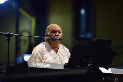 Acompañada de cinco músicos, inició con algunas fallas técnicas su espectáculo con Cucurrucucú paloma del maestro Tomás Méndez.