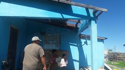 Raúl Pecina detalló que la comunidad de Santa María presenta afectaciones generadas por las alrededor de siete pulgadas de agua que generó la lluvia, aunado a los daños causados por el tornado que refiere la población que bajo y volvió a desaparecer.