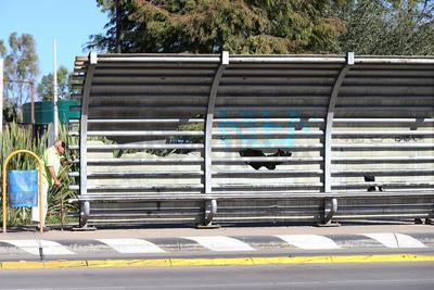 La mayoría de las paradas de autobús de la ciudad sufren algún tipo de daño.