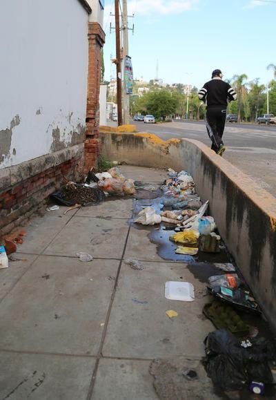 El abandono de esta finca, propicia que en su exterior se acumule gran cantidad de basura.