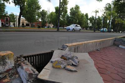 En este punto hay un peligro inminente, dado que además de los daños en banqueta y alcantarilla, no existe señalización para alertar a los peatones.