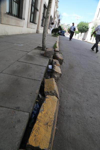 Casi en la esquina con Zaragoza, hay daños causados por vehículos en una zona donde está prohibido aparcar.
