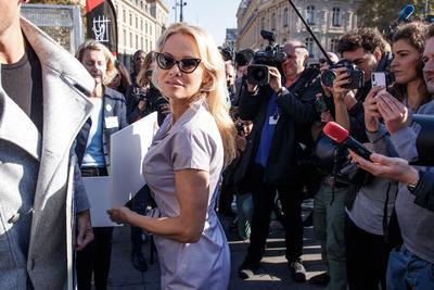 Pamela Anderson protesta contra la cría de animales en jaulas