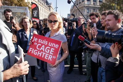 La actriz Pamela Anderson se enjauló hoy en la plaza de la República de París, en un acto para apoyar el lanzamiento de una Iniciativa Ciudadana Europea por parte de 130 ONG en contra de la cría de animales en jaulas.