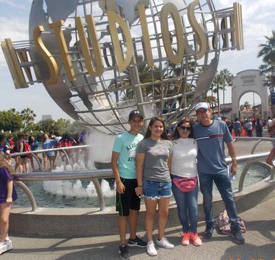 11102018 Jesús y familia en Studios Universal.