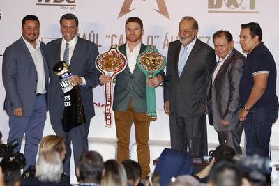 """""""Canelo"""" recibió el cinturón huichol, mismo que se había adjudicado tras vencer a Julio César Chávez Jr. en mayo de 2017."""