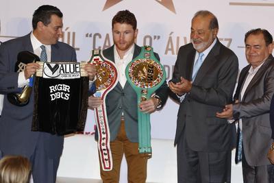 Saúl Álvarez luce sus cinturones de campeón