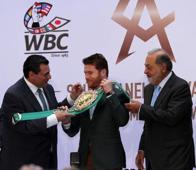 """""""Canelo"""" recibió el cinturón de peso medio del CMB, el cinturón chiapaneco, que ganó tras vencer también al kazajo Gennady Golovkin."""