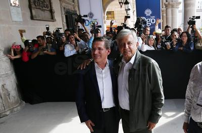 López Obrador fue recibido en el Palacio de Gobierno, por el mandataria estatal, José Rosas Aispuro Torres, quien salió hasta la entrada del edificio.