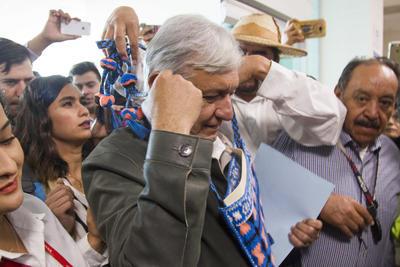El político de Tabasco fue recibido por el mandatario estatal en el Palacio de Gobierno de Durango. A su salida ofrecerán una conferencia de prensa.