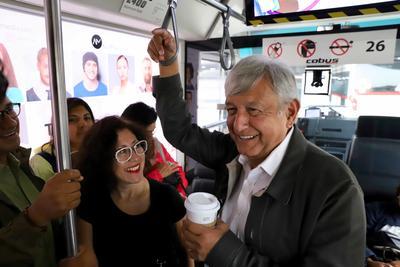 A su vez, Velia Patricia Barragán, integrante de la organización Grupo González de la Vega, conformada por académicos, se acercó al presidente electo para comentarle la formación de una organización que integra un conjunto de principios morales para abatir la corrupción en México.