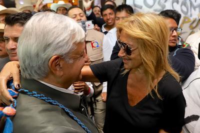 Hoy durante la visita de Andrés Manuel López Obrador a Durango, la periodista, Adela Micha, estuvo presente para recibir al presidente electo en el aeropuerto de la ciudad, donde lo llenó de besos y abrazos.
