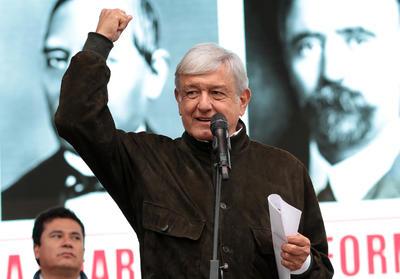 El presidente electo de México, Andrés Manuel López Obrador, llegó este jueves a Coahuila dentro de su gira de agradecimiento, donde se reunió con el gobernador Miguel Ángel Riquelme, con quien coincidió en cerrar filas para garantizar la paz y la seguridad en la entidad.