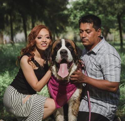 21102018 Thelma Graciela Armendáriz Zamora y José Ignacio García Lerma con su mascota, Princesa.