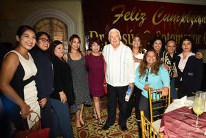 23102018 CELEBRA SU CUMPLEAñOS.  Jesús Sotomayor Garza acompañado de Estefanía, Montse, Paty, Diana, Sandra, Gloria, Celia, Verónica y Erika.
