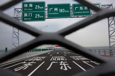 La complejidad de construir en mar abierto fue también la causante de los retrasos y los gastos no previstos, según justificaron fuentes oficiales de Hong Kong.