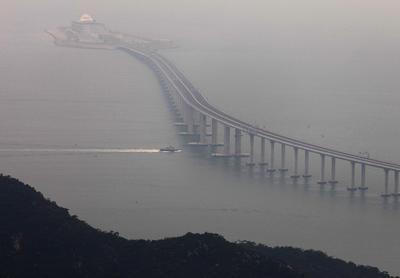 La obra cruza el estuario del río de la Perla, uniendo sus riberas oeste y este con un puente y un tunel, en trabajos que requirieron en total 14 años, cinco de planeación y nueve de construcción, precisó China Daily.