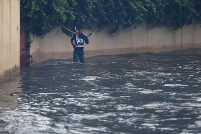 El gobernador de Durango, José Rosas Aispuro Torres, realizó un sobrevuelo a los márgenes del Río Tunal, revisando las afectaciones y los operativos de atención que se han de desplegar.
