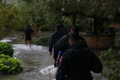 En el operativo participan elementos de Seguridad Pública, Protección Civil y Ejército Mexicano, quienes están resguardando la zona y facilitando el traslado de los habitantes a un punto más alto.