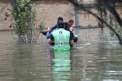 El fenómeno tocó tierra el martes por la noche en la población costera de Escuinapa, estado de Sinaloa, y hoy se localiza en tierra en el sureste del estado de Coahuila con desplazamiento rápido hacia el noreste, informó el Servicio Meteorológico Nacional (SMN).