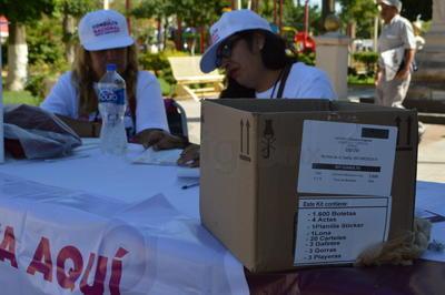 Laguneros participan en la consulta ciudadana sobre la construcción del Nuevo Aeropuerto de la Ciudad de México (NAICM), acudiendo a las diferentes mesas instaladas en ocho puntos de la ciudad de Torreón.