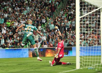 Matheus Doria también tuvo su oportunidad frente a Barovero, sin embargo el gol del brasileño fue anulado por el VAR.