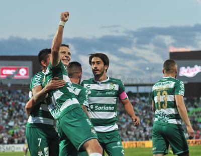 """El partido que se celebró en el Estadio Corona no escatimó emociones, y con un solitario gol de los de """"Chava"""" Reyes, Santos Laguna mantuvo el marcador."""