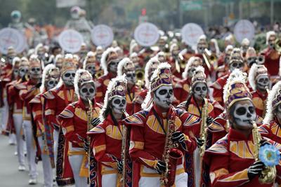 A pesar de la amenaza de lluvia, niños, jóvenes, adultos, adultos mayores y personas con alguna discapacidad esperaban el paso de los diferentes contingentes para celebrar el Día de Muertos, en un desfile colorido que por tercer año consecutivo se realiza en este lugar y que tiene como estados invitados a Oaxaca, Aguascalientes, San Luis Potosí y Michoacán.