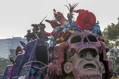 Algunos con el rostro pintado simulando calaveras, con máscaras o de plano ataviados como esqueletos o catrinas, esperaron horas al desfile que iniciaría a las 16:00 horas en la Estela de Luz y llegaría al Zócalo capitalino.