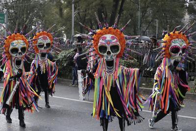 A pesar de la amenaza de lluvia, cientos de miles de personas se reunieron la tarde de este sábado en calles del corredor Paseo de la Reforma-Centro Histórico, para presenciar el desfile conmemorativo del Día de Muertos.