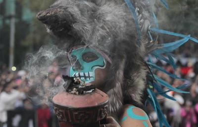 Un hombre ataviado como guerrero azteca sobre una pirámide en medio de una neblina verde, tocando un gran tambor de cuero, anunciaba el gran espectáculo lleno de colorido, música y mística.