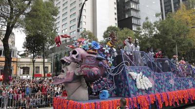 Un verdadero carnaval de calaveras, catrinas, cráneos y todas esas expresiones culturales y sincréticas que sorprenden a turistas extranjeros y que forman parte de la tradición mexicana se organizó en la Estela de Luz, desde donde iniciaron el recorrido.