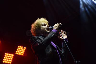 Su propuesta está marcada por la influencia de la música negra estadounidense, el rock argentino así como los sonidos brasileños y cubanos.