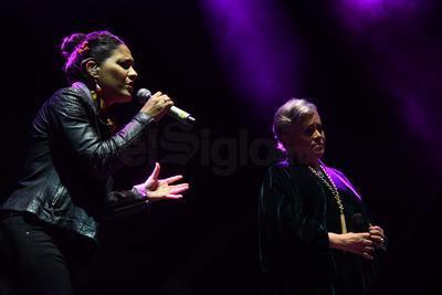 Eugenia realizó un breve homenaje a la fallecida Chavela Vargas con la interpretación de Piensa en mi que fue coreada por varios laguneros.