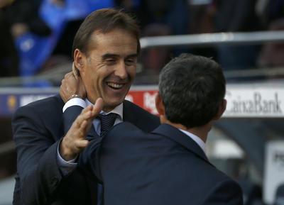 Fraternal saludo entre los técnicos Julen Lopetegui (frente) y Ernesto Valverde (espaldas).
