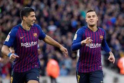 Suárez y Coutinho festeja el primer gol de su equipo.