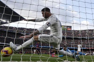 Sergio Ramos trato de hacer lo imposible por sacar el disparo de Coutinho.