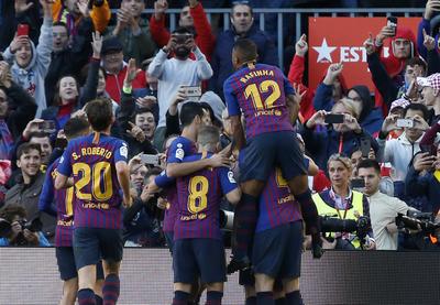 Festejo de los jugadores de Barcelona tras un gol de su equipo.
